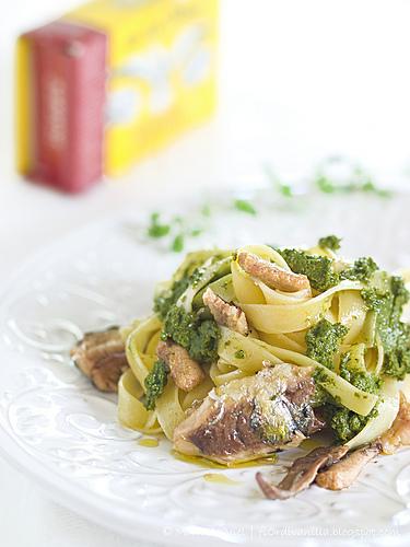 Tagliatelle con pesto di melissa e maggiorana ai pistacchi e sardine di Angelo Parodi di fiOrdivanilla