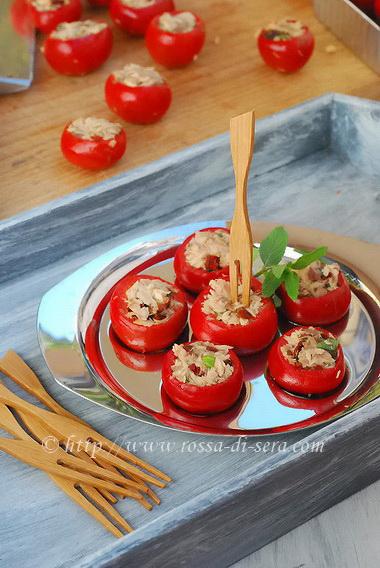 Peperoncini ripieni di sgombro, pomodori secchi e capperi di Giulia Nekorkina