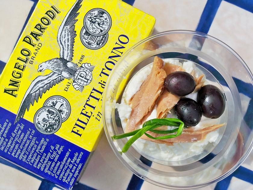 Bicchierini di ricotta, filetti di tonno Angelo Parodi, olive nere di Gaeta ed erba cipollina