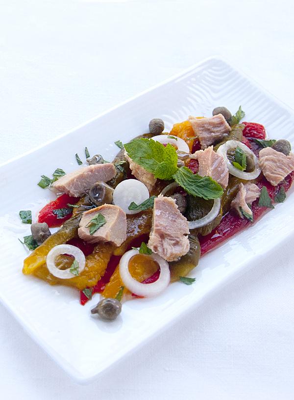 Insalata di peperoni arrostiti e tonno con emulsione alla menta e aceto di fragole di Chiara, il mattino ha l'olio in bocca