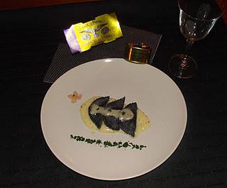 Blanc et noir ravioli al nero di seppia con tonno e zucca su spuma di patate di Flavia, lacucinadibaccoevenere.blogspot.com