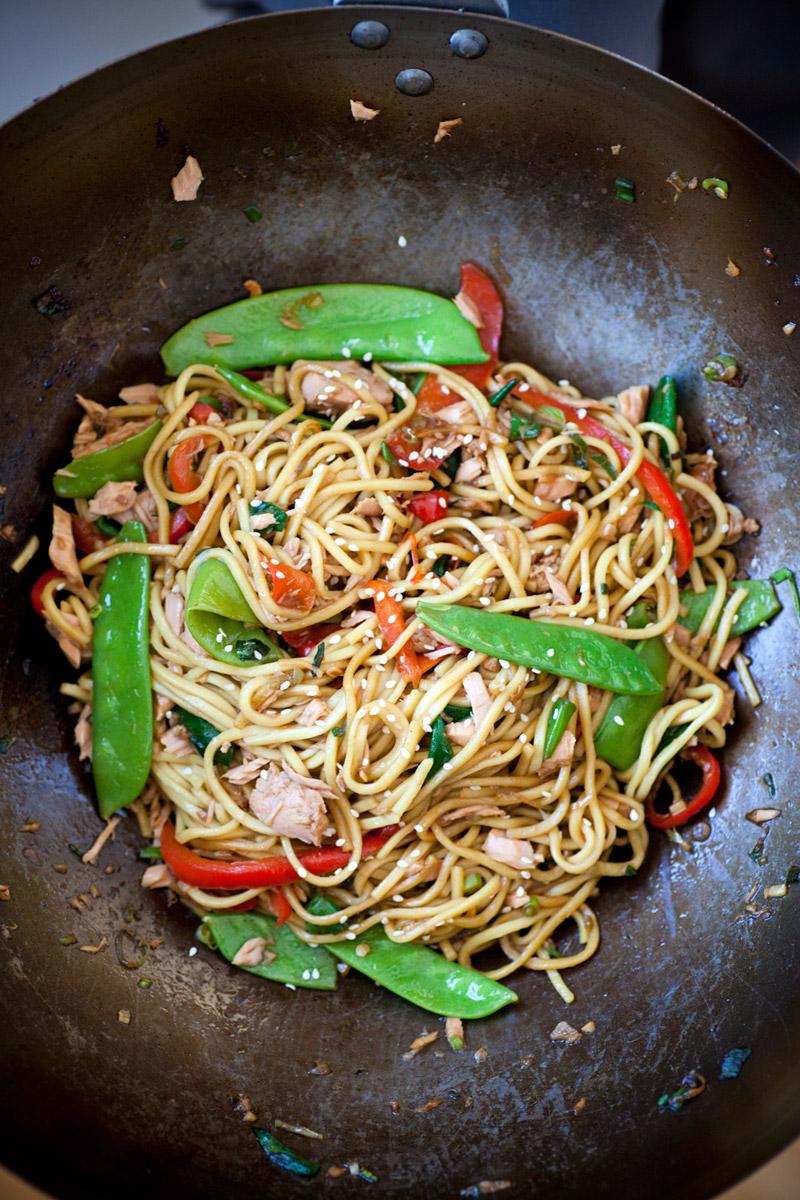 Noodles stir-fry con tonno