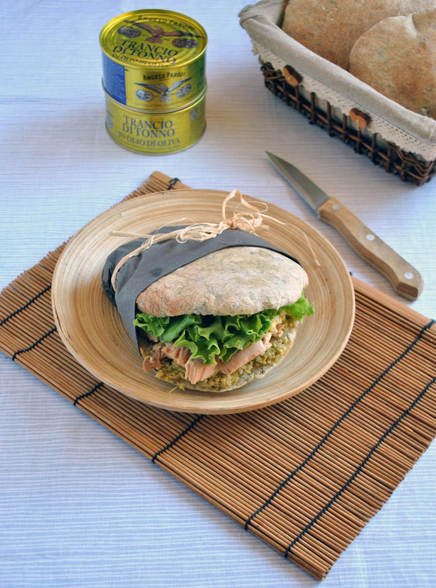 Pita all'alga nori con tonno, uova e patè di olive verdi