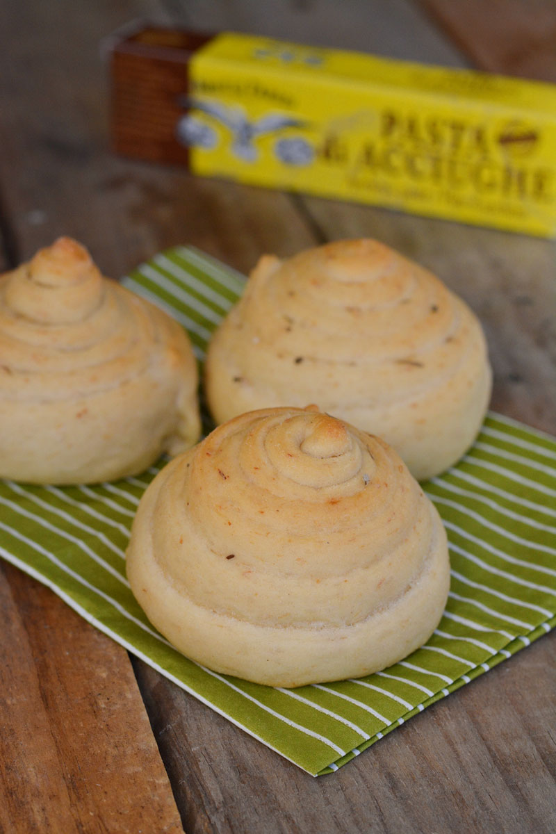 Girelle di pane con pasta di acciughe di Ramona