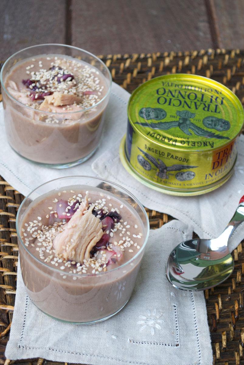 Verrine di crema di fagioli rosa, radicchio, tonno e semi di sesamo