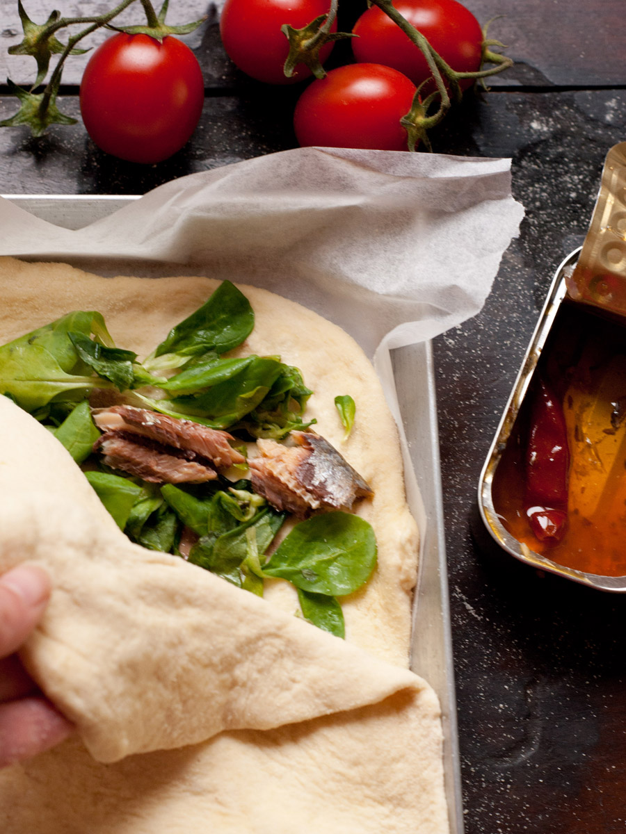 Focaccia alle sardine piccanti e valerianella
