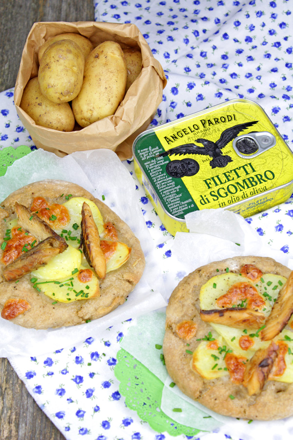Focaccine di grano saraceno con patate e filetti di sgombro di Lidia