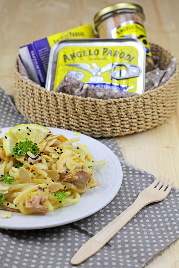 Spaghettata con tonno, mandorle e limone