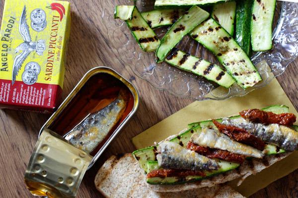 Panino integrale con sardine piccanti e verdure