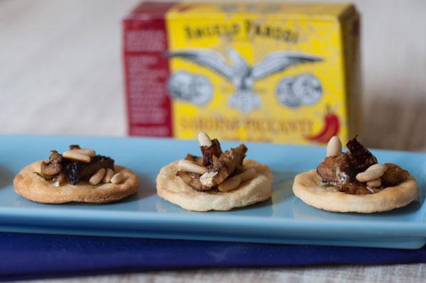 Pizzette veloci con sardine piccanti e pinoli