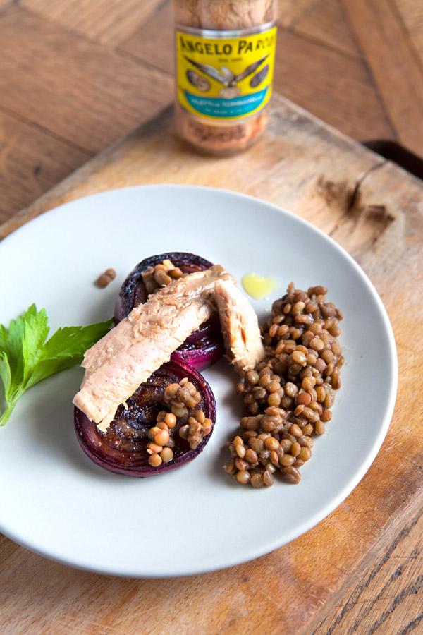 Cipolle grigliate con tombarello e lenticchie di Sonia