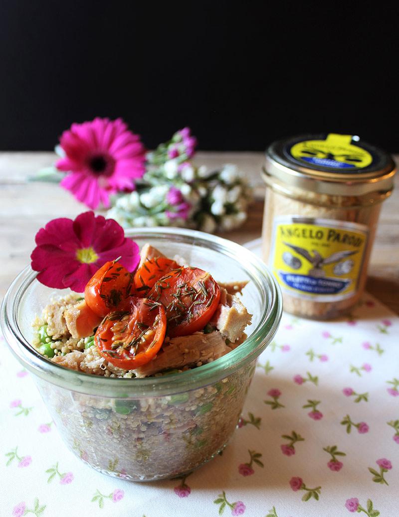 Quinoa con piselli, pomodorini confit e filetti di tonno in vasocottura