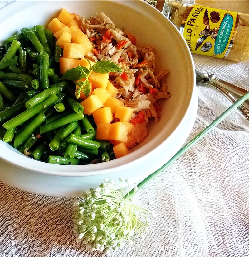 Bowl con fagiolini, filetti di Tombarello Angelo Parodi, melone, semi di sesamo e carote croccanti